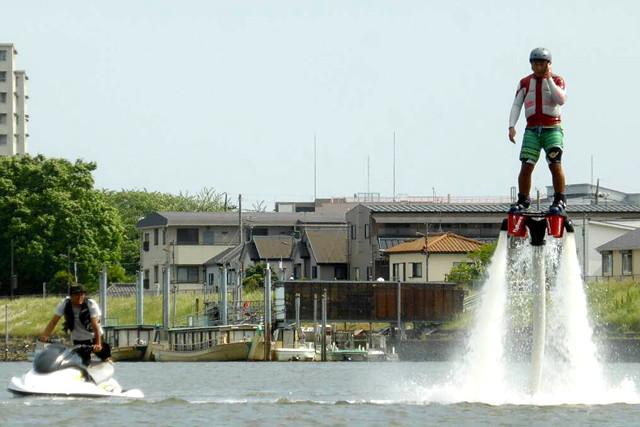 【東京都荒川・フライボード】ジェット噴射で空を飛ぶ快感を、東京で楽しめる!フライボード体験