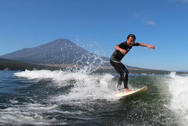 【山中湖・ウェイクサーフィン】安定した波がロングライドを実現!大満足のサーフィン体験!