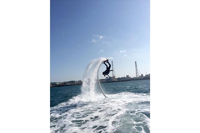 【沖縄県宜野湾市・フライボード】クセになる面白さ!新感覚アクティビティで遊ぼう