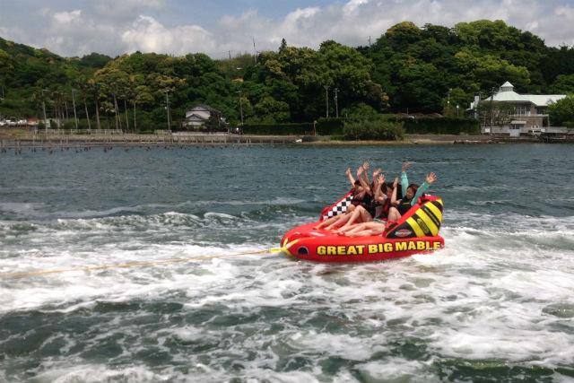【浜名湖・チュービング】みんなでワイワイ水上滑走!波風きって楽しむ天然アトラクション