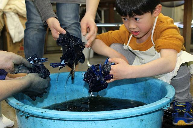 【岩手県盛岡市・藍染体験】間近で感じる職人の技。大きめの暖簾を作る藍染体験