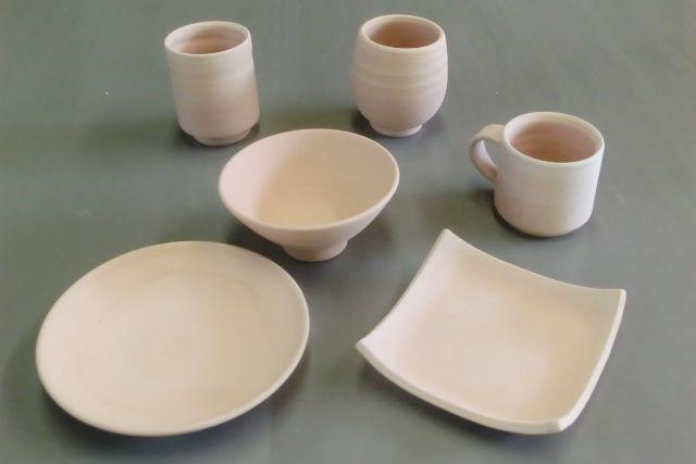 【山形・陶芸体験】角皿、丸皿などの大型素焼き作品に、自由に絵付けをしてみよう