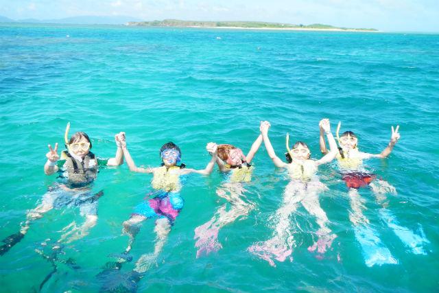 【沖縄・石垣島発・シュノーケリング】夕暮れの海で泳ごう。さんご礁シュノーケリング