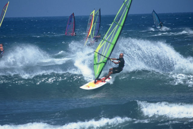 【新潟市西区・ウインドサーフィン】風に乗り水上を滑走!ウインドサーフィンスクール