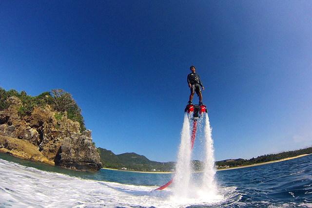 【沖縄県名護/瀬底島・フライボード】フライボード体験。水圧で空中に飛び立とう!