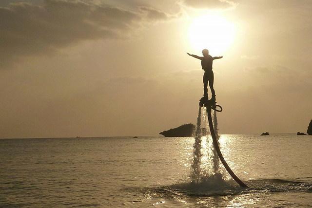 【沖縄県名護/瀬底島・フライボード】沖縄の海上を飛ぼう!フライボード&パラセーリング