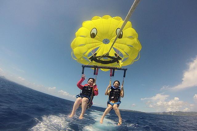 【沖縄県名護/瀬底島・パラセーリング】沖縄で空中散歩を楽しもう!パラセーリング体験