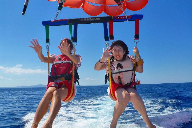 【沖縄・パラセーリング・半日】水納島の空と海へ!パラセーリング+シュノーケリング