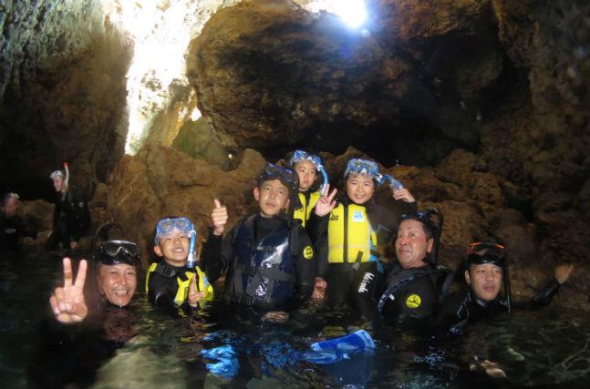 【沖縄・シュノーケリング】お子さまからシニアまで楽しめる!光差し込む青の洞窟を探検