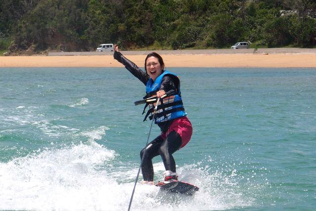 【沖縄・ウェイクボード】初心者向け!水上を滑る感覚がつかめるスクールプラン!(オプション・BBQ)