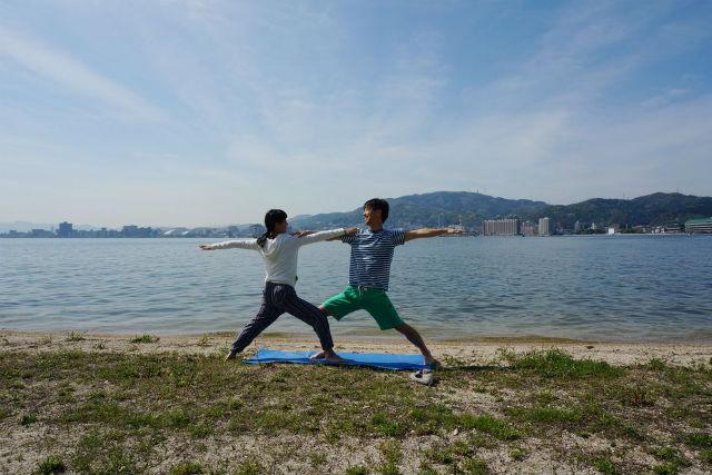 【滋賀・ヨガ】琵琶湖のほとりでのんびりヨガ体験。太陽のもとで優雅なひとときを