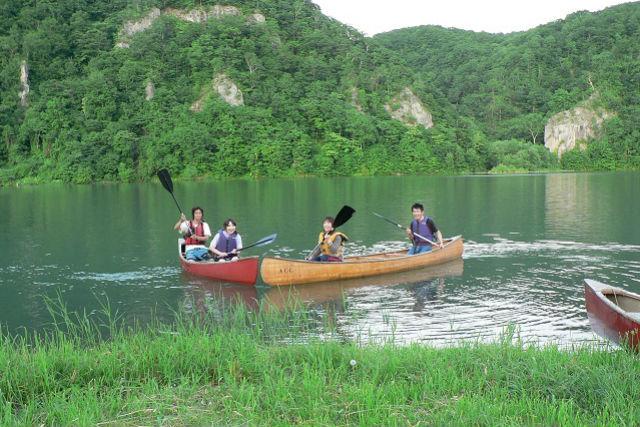 【北海道屈足湖・カヌー体験】爽やかな空気の中、カヌーで屈足湖を漕ぎ出しましょう