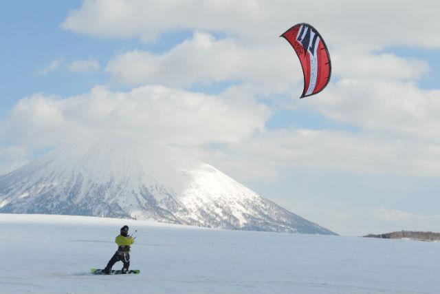 【北海道・ニセコ・スノーカイト】風を集めて、雪原を疾走!スノーカイトスクール