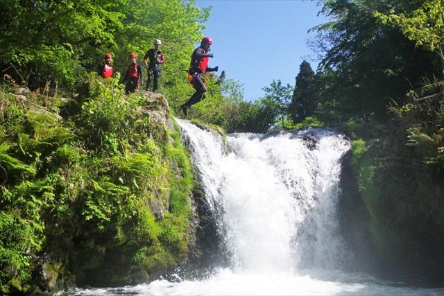 【伊豆・キャニオニング】スリル満点の大自然アトラクション!3時間の渓谷下りを楽しもう