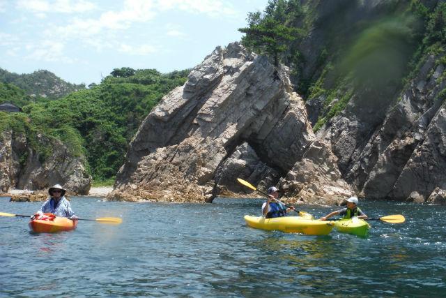 【鳥取・岩美町・カヤック】岩の間や洞窟を冒険!浦富海岸・シーカヤックプラン