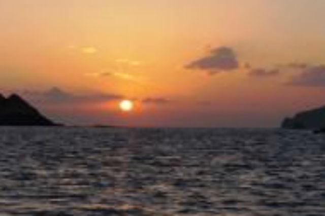【沖縄・慶良間・グラスボート】大海原に沈む夕陽。金色に染まる空と海を眺めよう