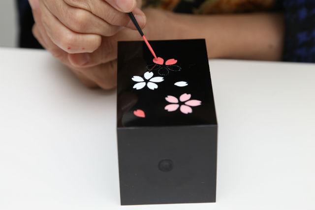 【京都・伝統工芸】手鏡やペン立てに絵付けできる!漆器加飾・Aコース(色絵)