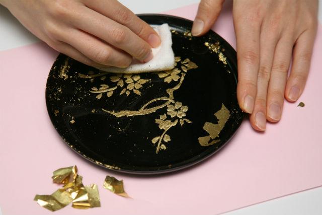 【京都・伝統工芸】漆器と金箔で、オリジナルの丸盆(中)を作ろう!漆器加飾(箔押し)