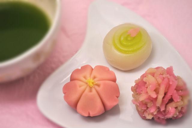 【京都・和菓子作り体験】伝統の京菓子をお抹茶とともに味わおう(上生菓子3個、干菓子1個)