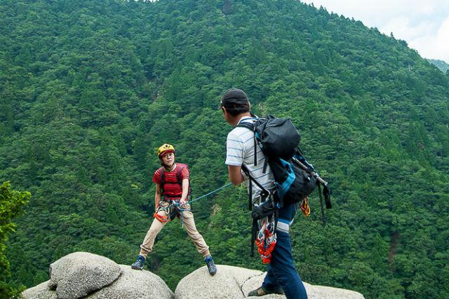 【三重・トレッキング】むき出しの岩場を登っていく、ヴィアフェラータを体験!