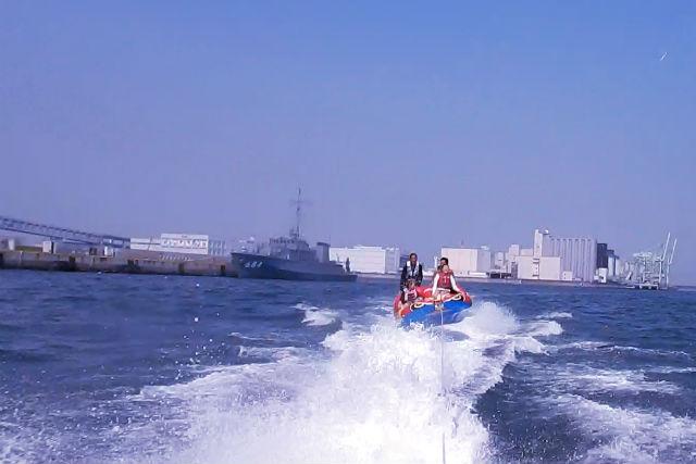 【兵庫・芦屋・チュービング】風を切って気分爽快!4人乗りトーイングチューブ体験