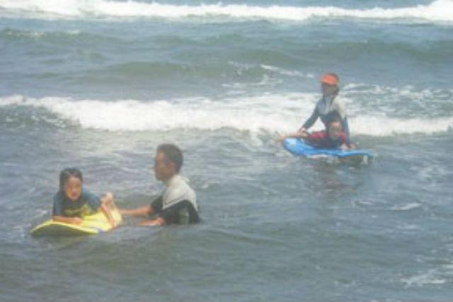 【新潟・上越市・サーフィン体験】レベルに合わせた指導で安心、初心者コース1時間