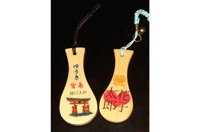 【広島・宮島・伝統工芸体験】文字をプリントして、お気に入りのしゃもじストラップを作ろう
