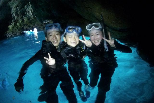 【沖縄・青の洞窟・シュノーケリング】一生に一度は見ておきたい!青の洞窟ツアー(餌付け・写真データ付)