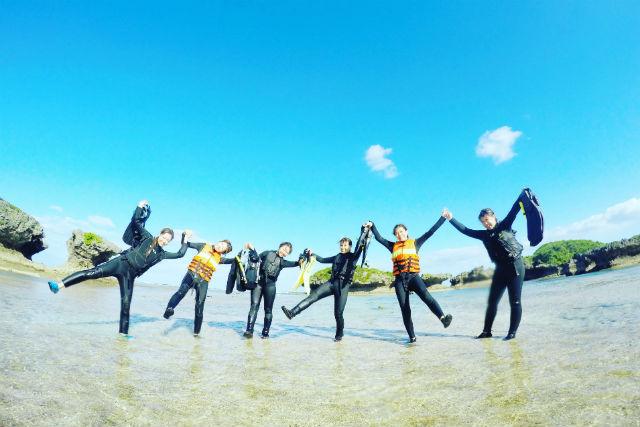 【沖縄・真栄田・シュノーケリング】サンゴ礁の群生やシークレット洞窟を探検!(餌付け・写真データ付)