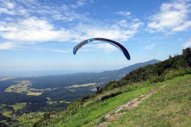 【新潟・パラグライダー】ふわっと浮く感動を味わおう!気軽にできるパラグライダー体験