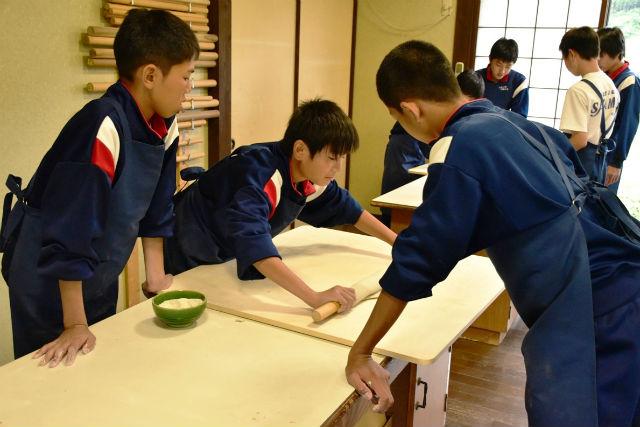 【鳥取・料理体験】そば職人に習う手打ちそば!石臼挽きから楽しめます
