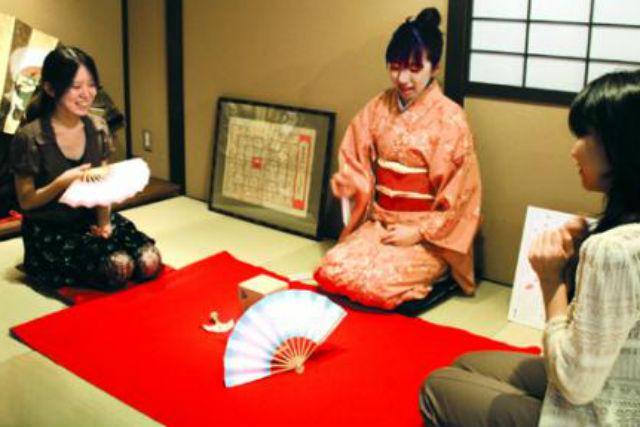 【京都・中京・投扇興体験】扇と蝶の形で採点。扇子の老舗で楽しむ、優雅なお遊び