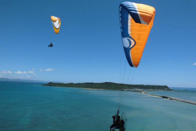 【沖縄・うるま市・モーターパラグライダー】南国の風に乗ろう!海中道路を一望する絶景フライト