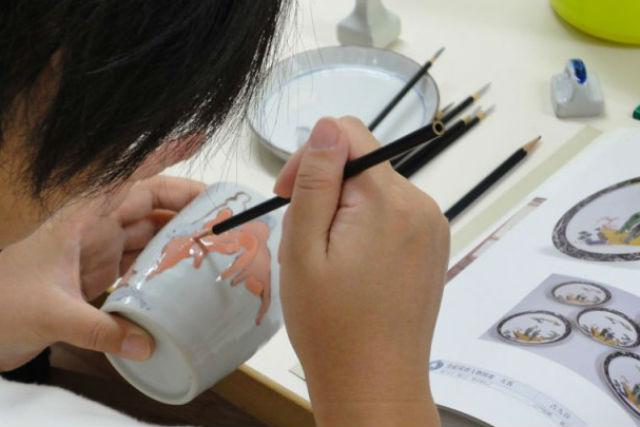 【石川・陶芸体験・絵付け】絵付け作家気分に!本格技法で九谷焼のマイ器をつくろう