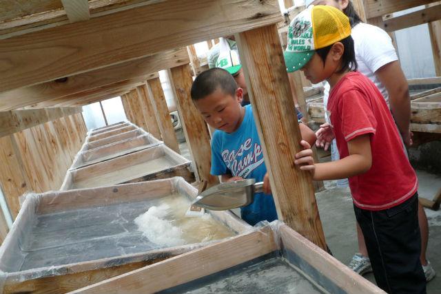 【高知・塩作り体験】土佐黒潮天日塩の施設を見学&塩作りを楽しもう!