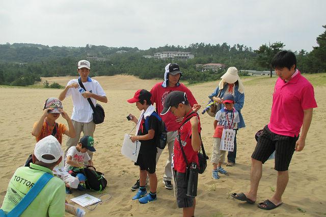 【鳥取県・砂丘ガイドツアー】「鳥取砂丘 素足で快適・散歩コース」砂の感触を楽しみながら風紋の世界を歩く