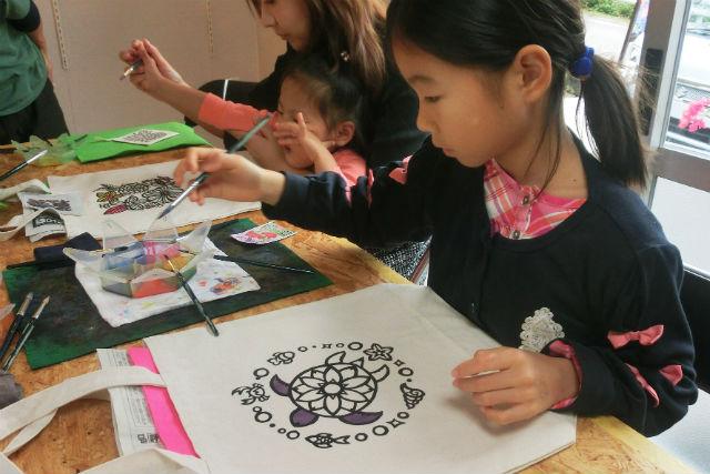 【沖縄やんばる・染め物体験】カメ・お花に塗り絵しよう!トートバックM・色差し体験