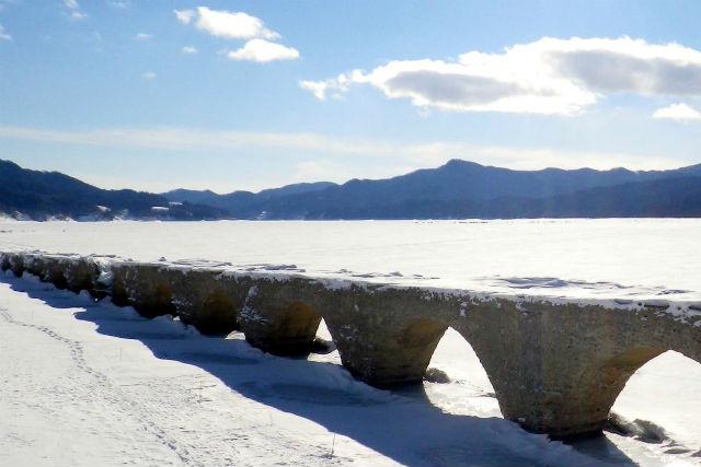 【北海道・ぬかびら・スノーシュー】湖上に架かるアーチ!冬期限定タウシュベツ橋見学ツアー