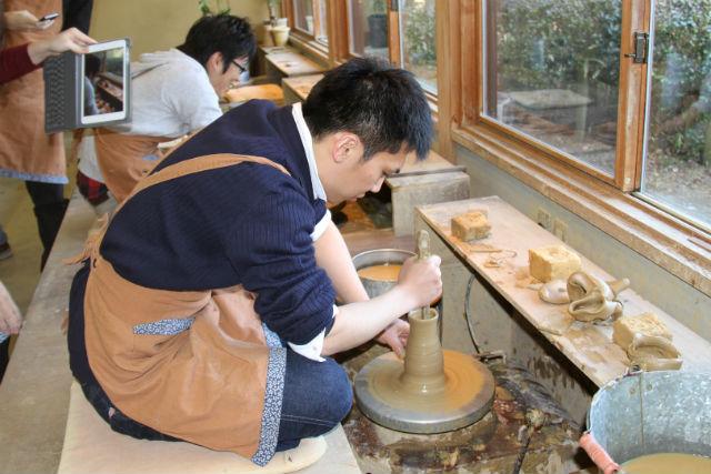 【滋賀県信楽町・陶芸・電動ろくろ】なめらかな信楽焼ができあがる!電動ろくろ陶芸体験