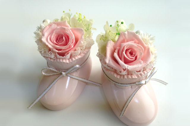 【神奈川・フラワーアレンジメント】かわいいお靴に、花をアレンジ。ベビーシューズ