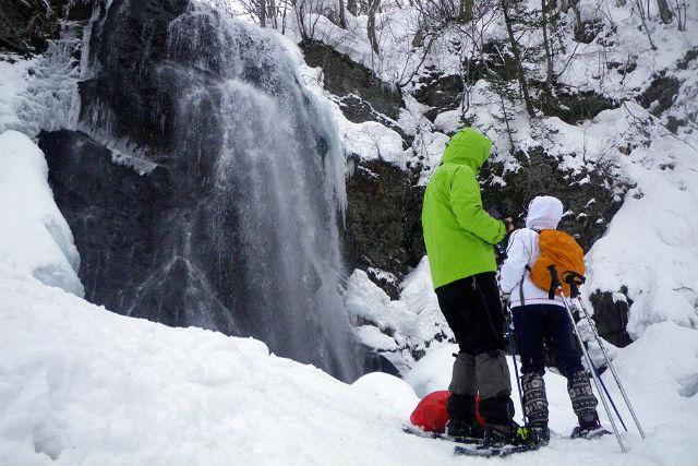【福島・裏磐梯・スノーシュー】冬の贈り物、ブルーアイスを見に行こう!不動滝プラン