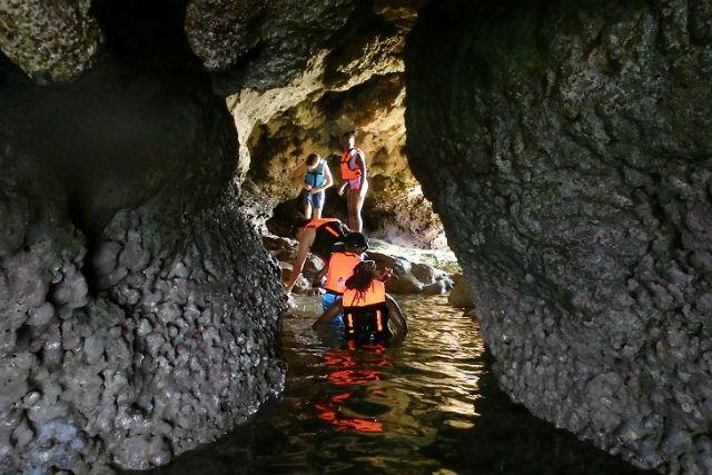 【沖縄・真栄田岬・カヤック】潮だまりで生き物を探そう!青の洞窟&イノー観察プラン