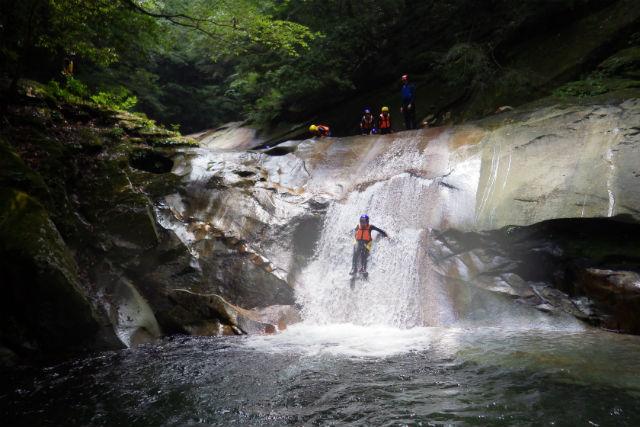 【大分・キャニオニング】川泳ぎ・滝つぼジャンプ・ウォータースライダー!藤河内渓谷・キャニオニング