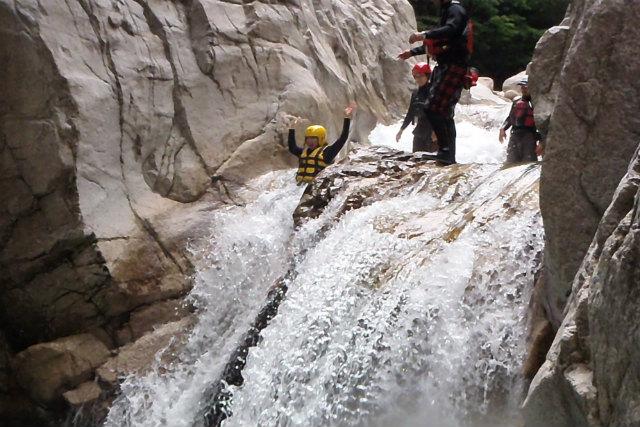 【滋賀・キャニオニング】鈴鹿山でアクティブに遊ぼう!滝・沢の大自然アドベンチャー