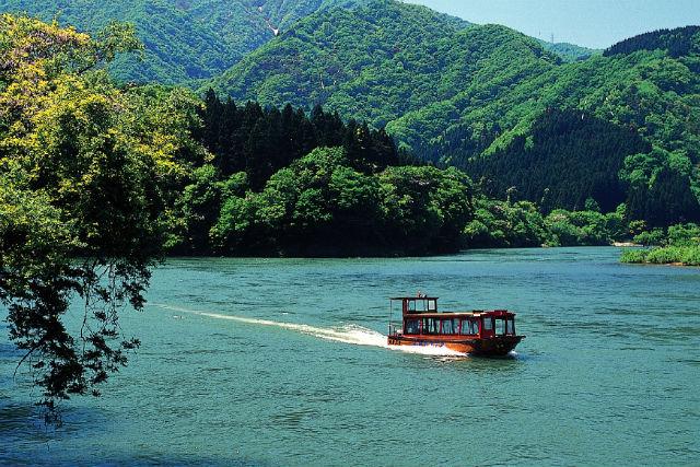 【新潟・ライン下り】阿賀野川を水上遊覧!ゆったり屋形船で優雅な船旅