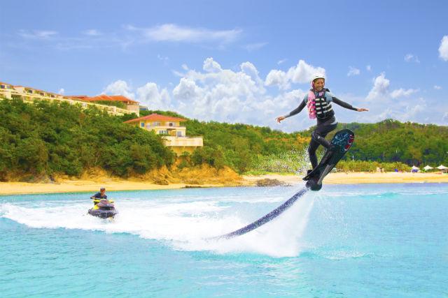 【名護市・ホバーボード】話題のヨコノリ系を体感!空飛ぶサーフィンを楽しもう!