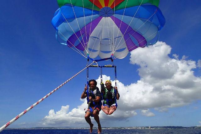 【沖縄・パラセーリング】空の上で音楽が聴ける!サウンドパラセーリング(フライト証明書付き)