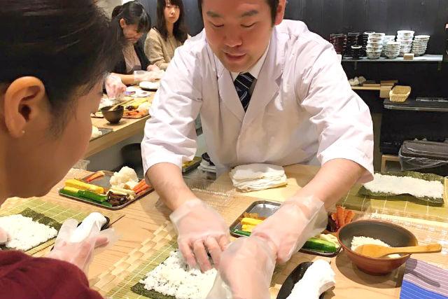 【福岡・中央区・料理体験】外国人でも寿司職人になれる!にぎり寿司(3種)&巻き寿司(1種)を握ろう