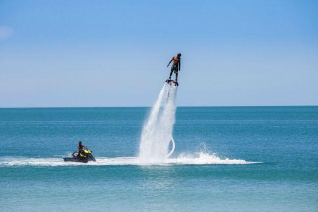 【沖縄市・フライボード】那覇空港から送迎OK!話題のマリンスポーツで空を飛ぼう!