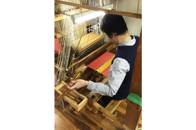 【京都市】プロの織り機を使用。錦織りを作る、機織り体験(工房見学&ポストカード付)